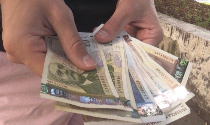 Жена намери забравени пари в банкомат в Кюстендил и ги предаде в полицията  - По света и у нас - БНТ Новини