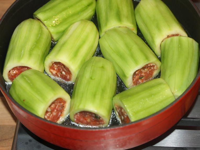 Пълнени тиквички с кайма по рецептата на баба. Сервират се със специален сос с уникален вкус